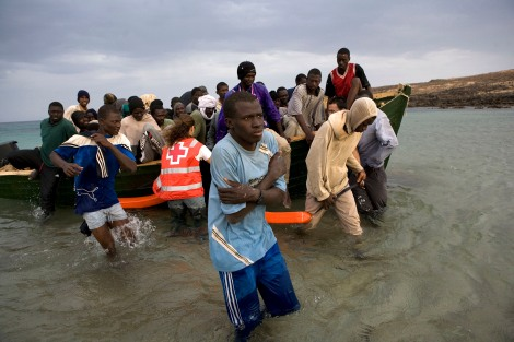 A would-be inmigrants arrive at the beach of El Matorral in Spain«s canary island of Fuerteventura , November 15, 2006.Some 38 would-be inmigrants were intercepted aboard a makeshift boat on their way to reach European soil from Africa , according to authorities.REUTERS/Juan Medina ( Spain )