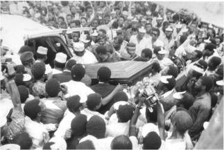 Mourners gather around the coffin of assassinated Nigerian journalist, Dele Giwa