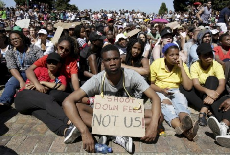 Students sit in protest during a mass demonstration on the steps of Jameson Hall at the University of Cape Town, October 22, 2015. South Africa's President Jacob Zuma said he will meet student leaders and university authorities to discuss planned hikes in tuition fees that have sparked a week of nationwide protests, some of which have turned violent. REUTERS/Mark Wessels